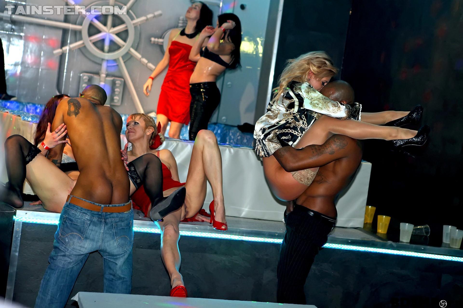 фото задойного в трусах на вечеринке - 11